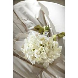 Ramo de novia de rosas y mini rosas blancas.