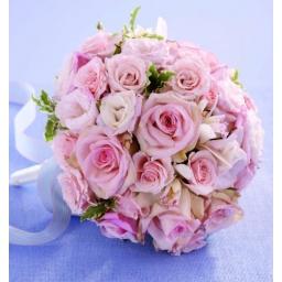 Ramo de novia redondo con rosas rosadas.