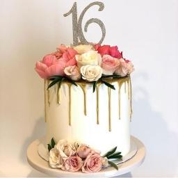 Torta blanca con rosas rosadas