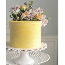 Torta con arreglo de rosas y astromelias