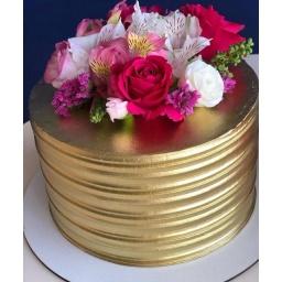 Torta con arreglo en rojo, rosado y blanco