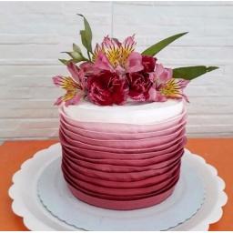 Torta con arreglo rosado y rojo