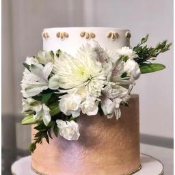 Torta con flores variadas.