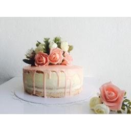 Torta con detalle en rosas y más