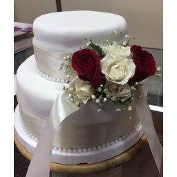Torta con rosas rojas y blancas
