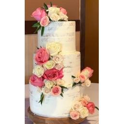 Torta con rosas rosadas