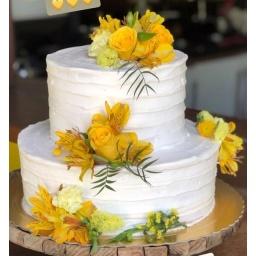 Torta con rosas y astromelias amarillas