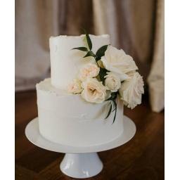 Torta con rositas blancas